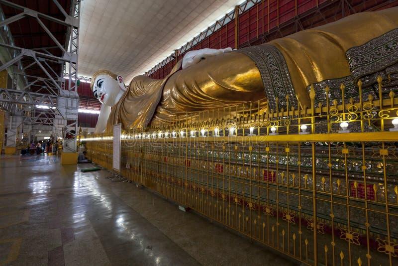 El Buda de descanso gigante en el templo de Chaukhtatgyi en Rangún fotos de archivo libres de regalías