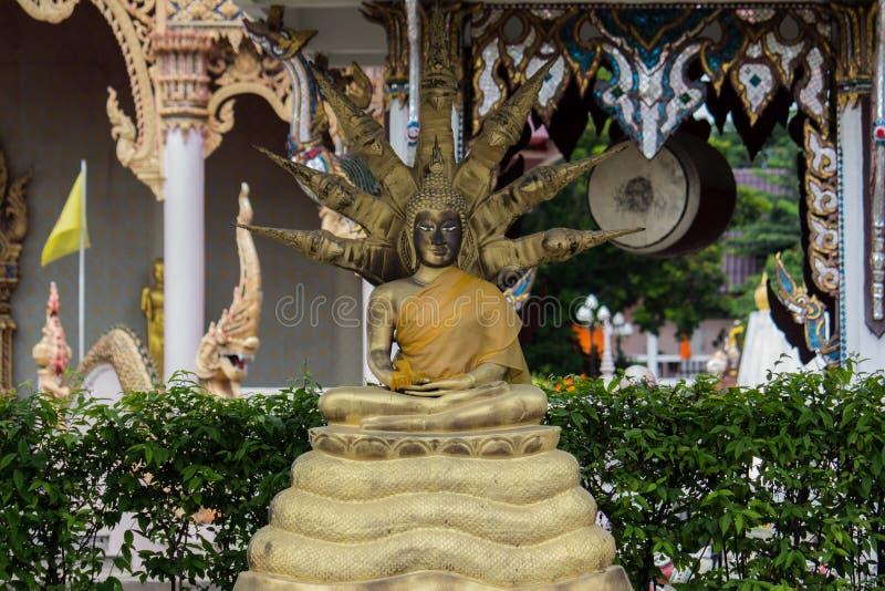 el Buda de oro con la serpiente de nueve cabezas fotografía de archivo