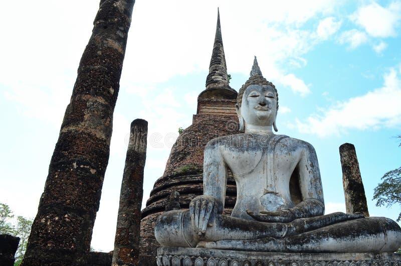 El Buda en templo antiguo fotografía de archivo