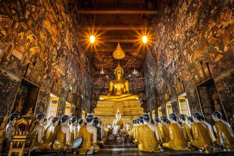 : El Buda hermoso y su estatua del discípulo en Sutatthepwararam foto de archivo