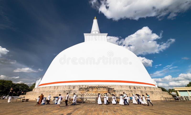 El budismo en Ruwanweliseya está rezando, meditando Anuradhapura, Sri Lanka fotografía de archivo