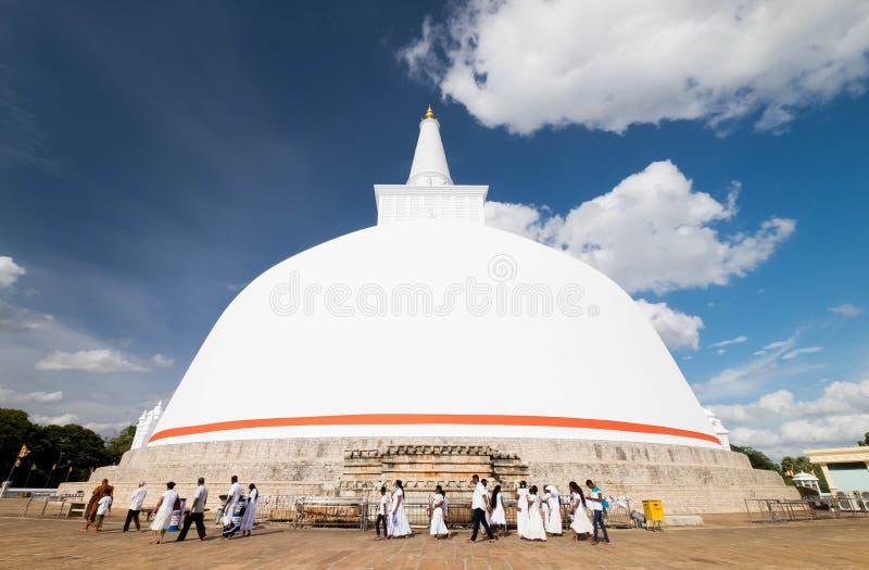 El budismo en Ruwanweliseya está rezando, meditando Anuradhapura, Sri Lanka foto de archivo