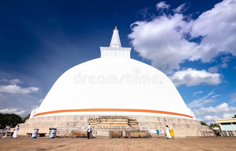 El budismo en Ruwanweliseya está rezando, meditando Anuradhapura, Sri Lanka imagen de archivo libre de regalías