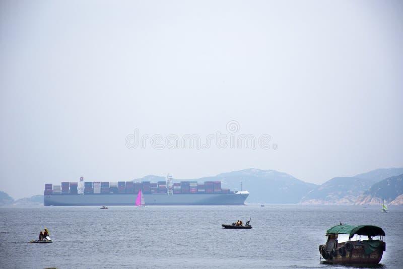 El buque de carga en la navegación del mar va al océano en la bahía de la repulsión en Hong Kong fotos de archivo