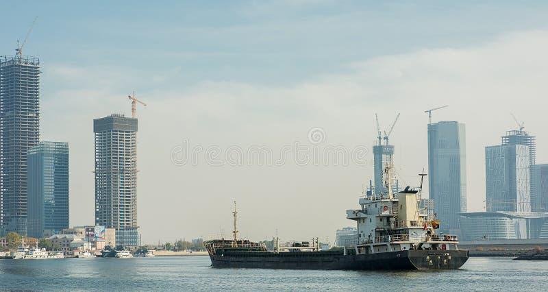 El buque de carga está navegando en el mar de Haihe alrededor de Tianjin el bollo Garde fotos de archivo libres de regalías