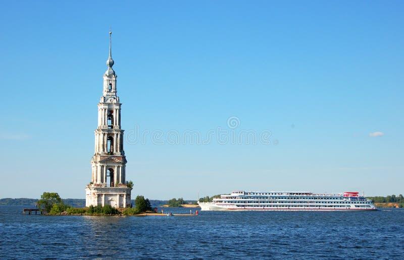 El buque de pasajeros navega más allá del campanario del monasterio en el río Volga Kalyazin, Rusia fotos de archivo