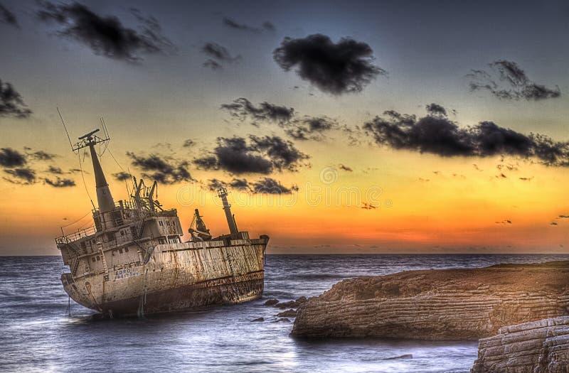 El buque mercante Edro III arruinó en la cueva del mar (la isla de Chipre) imagen de archivo