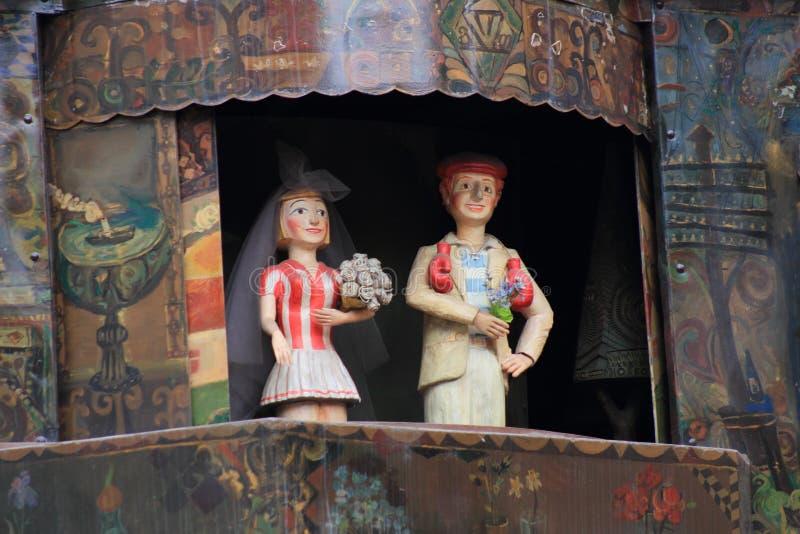 El círculo del espectáculo de marionetas de la vida en la torre de reloj en Tbilisi imagen de archivo libre de regalías