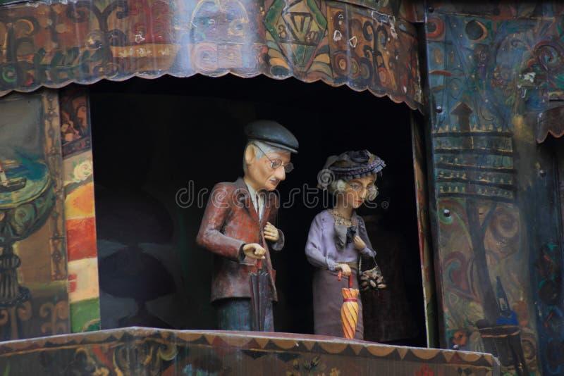 El círculo del espectáculo de marionetas de la vida en la torre de reloj en Tbilisi foto de archivo libre de regalías