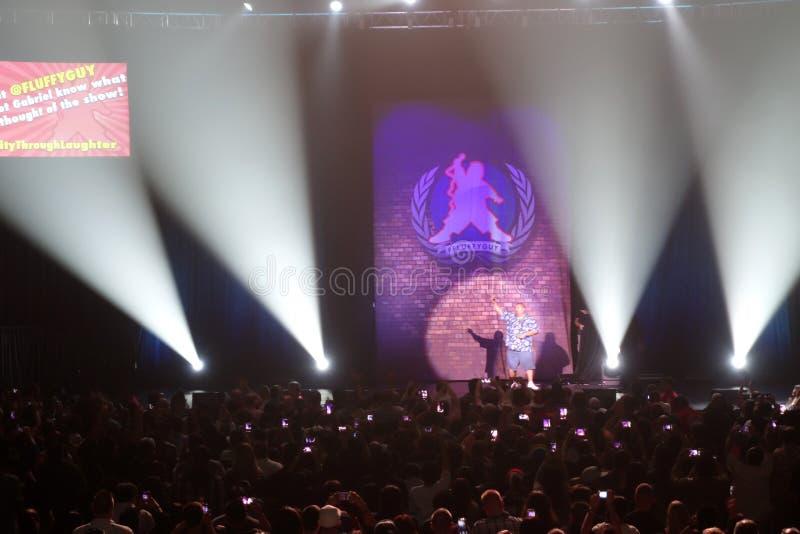 El cómico, mullido, Gabriel Iglesias agita a las fans en el final de s imagen de archivo libre de regalías