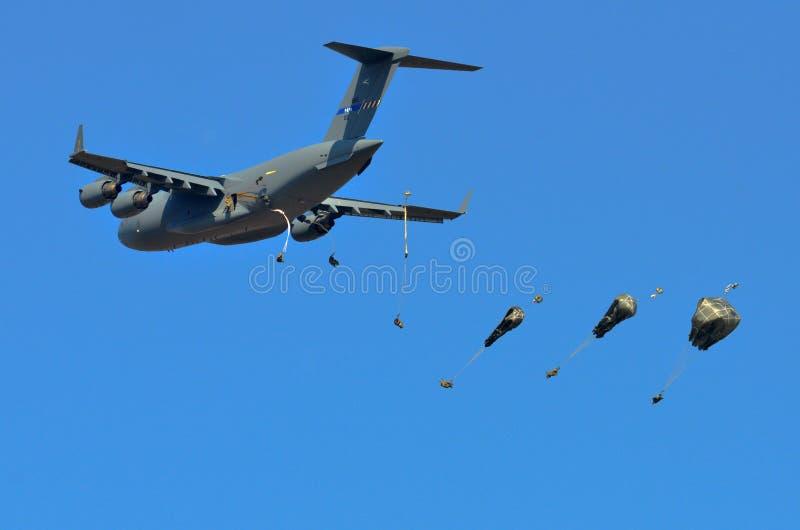 El C-17 de los E.E.U.U. cae a los soldados de caballería de para imágenes de archivo libres de regalías