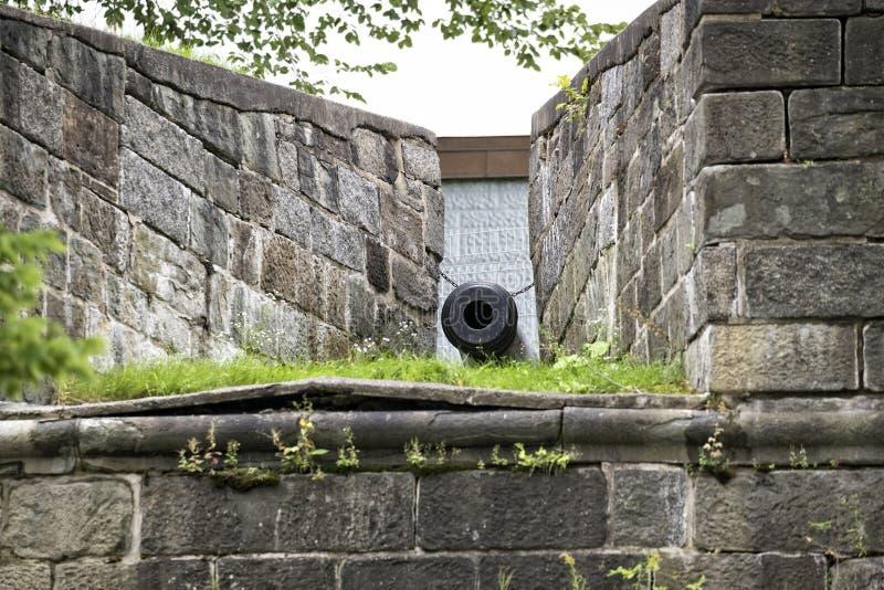 El cañón de los fortalecimientos que rodea la ciudad de Quebec durante período colonial foto de archivo