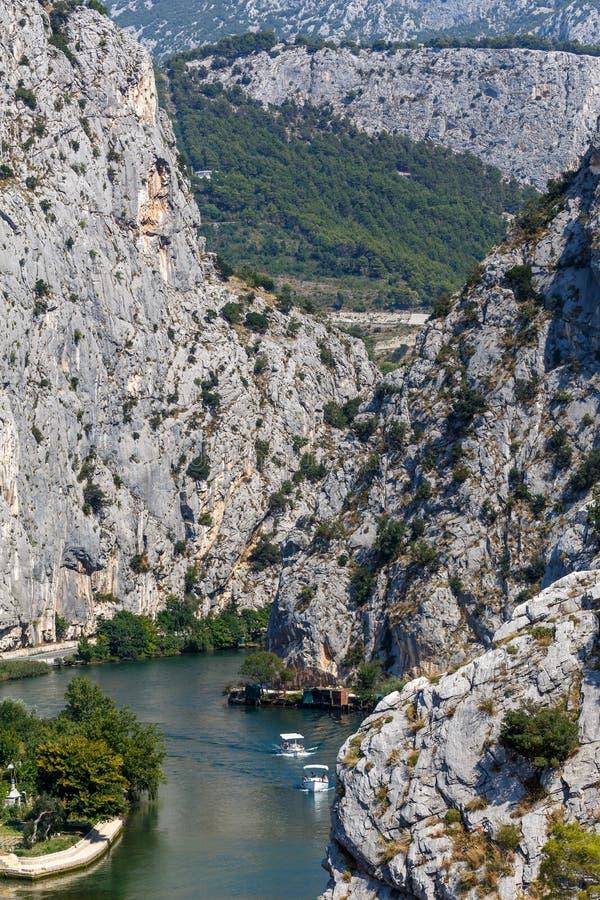 El cañón del río Cetina cerca de la ciudad de Omis en Dalmatia foto de archivo