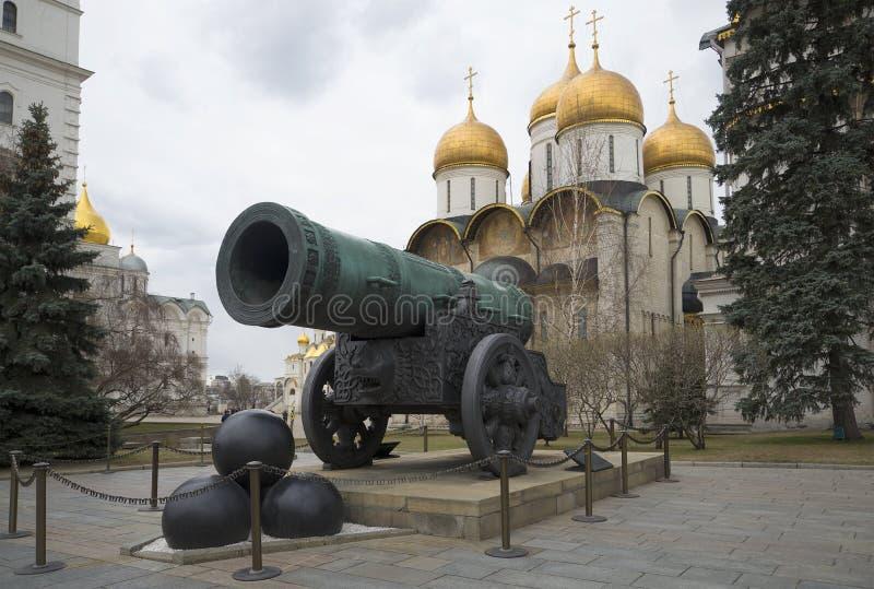 El cañón del zar en la catedral de la suposición La Moscú Kremlin foto de archivo libre de regalías