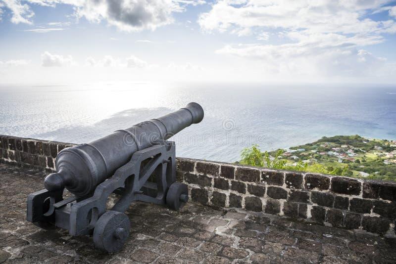 El cañón hace frente al mar del Caribe en la fortaleza de la colina del azufre fotos de archivo libres de regalías