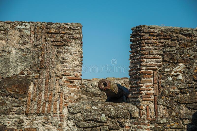 El ca??n oxidado del hierro en crenel en la pared de piedra de Marvao fotos de archivo