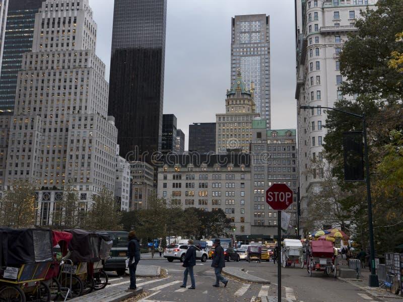 El caballo y los carros esperan a clientes en el Central Park Nueva York foto de archivo libre de regalías