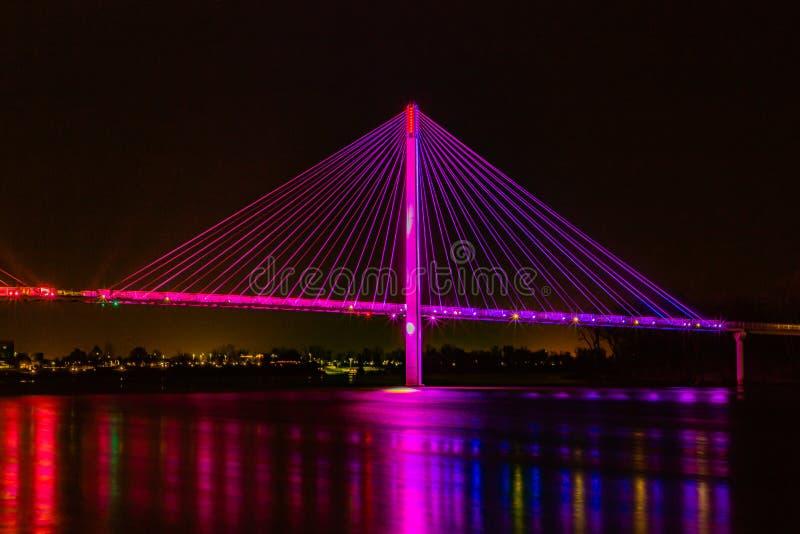 El cable Bob Kerrey se quedó en el puente peatonal Omaha Nebraska por la noche con luces reflejadas en el río Missouri foto de archivo
