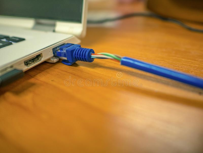 El cable LAN conecta con el ordenador portátil fotos de archivo