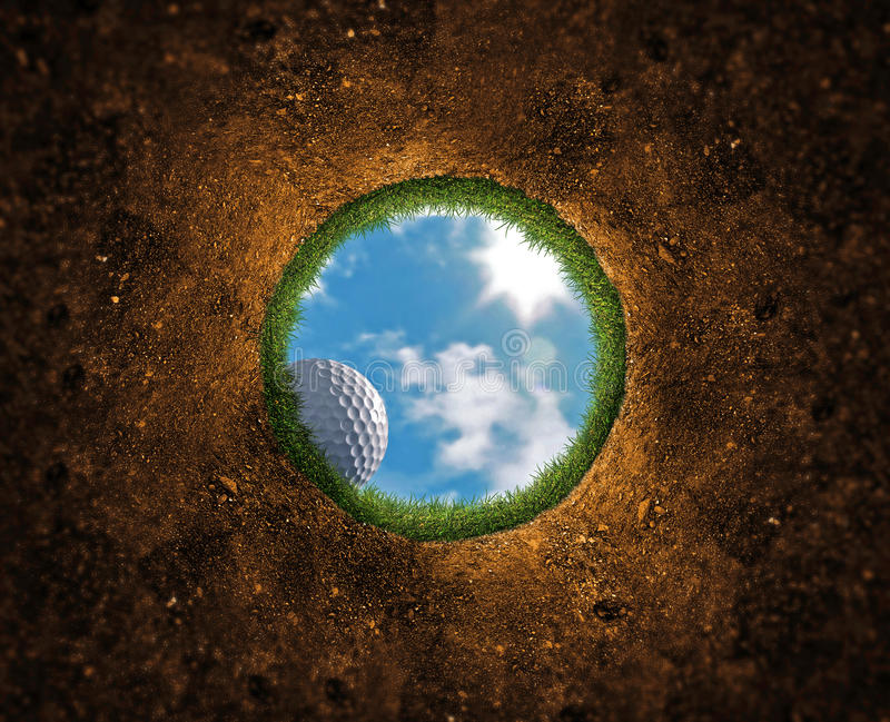 El caer de la pelota de golf imagen de archivo