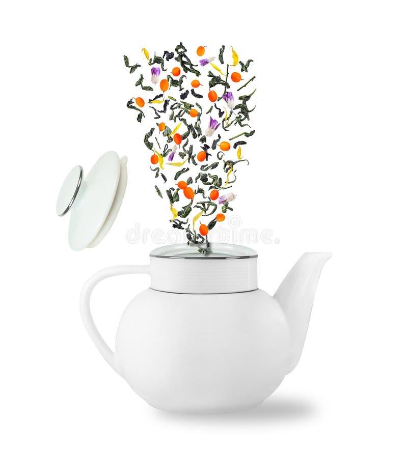El caer de las hojas de té y de las bayas fotos de archivo libres de regalías