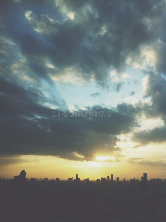 El caer de las nubes fotografía de archivo