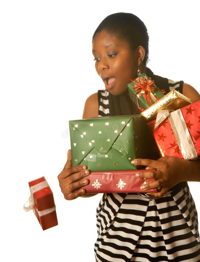 El caer de los regalos de Navidad imagen de archivo libre de regalías