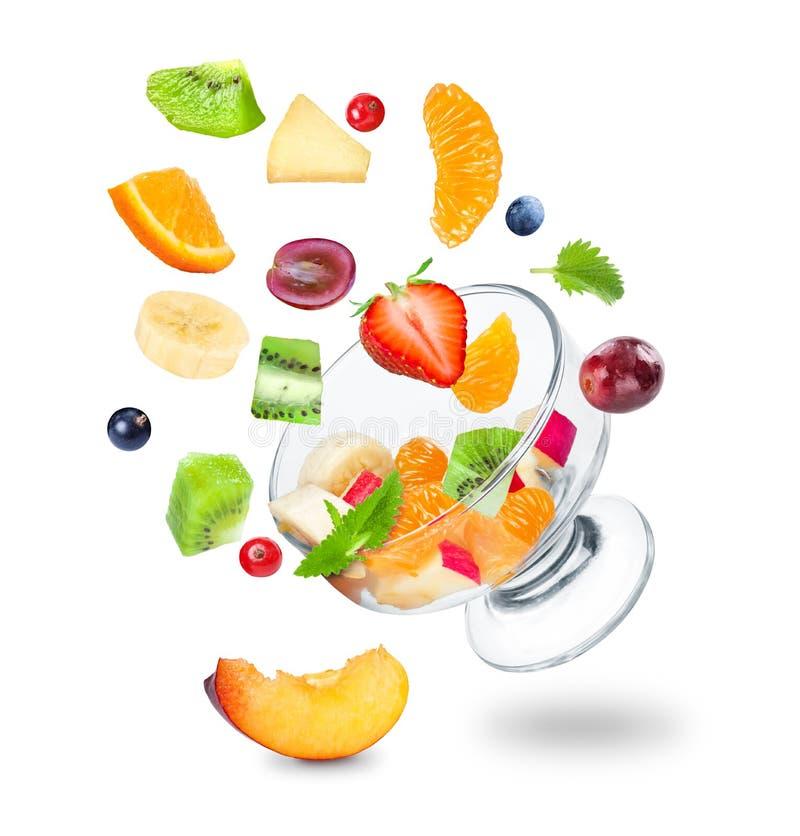 El caer deliciosa de la ensalada de fruta fresca foto de archivo