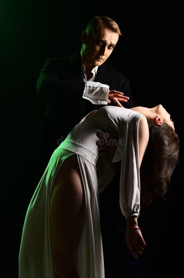 El caer en amor imite el acto del hombre y de la mujer en escena romántica Los pares en amor con imitan maquillaje r imagen de archivo libre de regalías