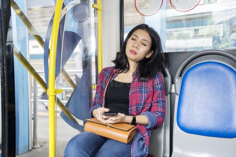 El caer femenina del pasajero dormido en el asiento del autobús imágenes de archivo libres de regalías