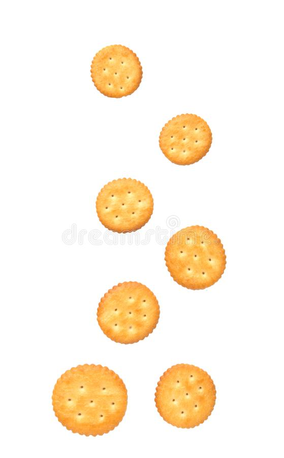 El caer salada redonda de las galletas de la galleta aislado en el fondo blanco fotos de archivo