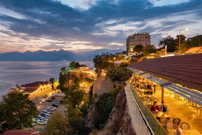El café al aire libre en la ciudad vieja de Antalya llamó Kaleici en la puesta del sol, Turquía fotografía de archivo libre de regalías