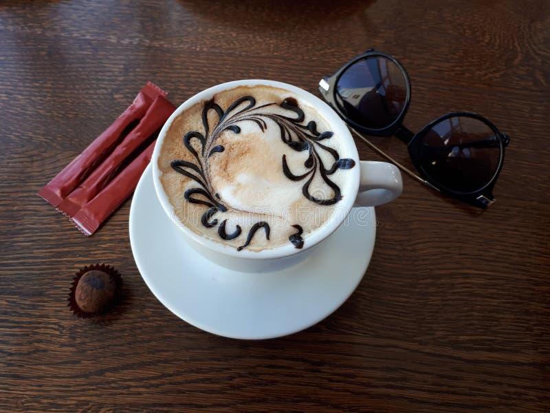 El café aromático presentó en un café foto de archivo