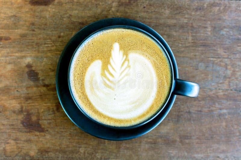 El café caliente del arte del latte en la tabla de madera, Latte se preparó vertiendo fotos de archivo libres de regalías