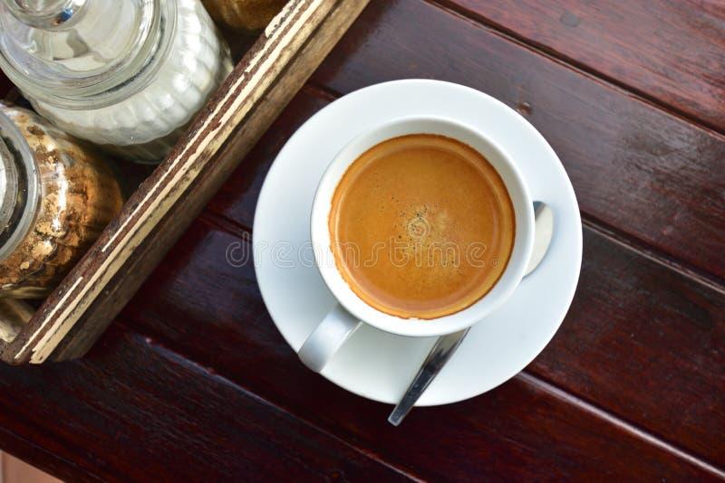 El café con leche ahueca por completo del café express fresco en luz de la sol fotos de archivo libres de regalías