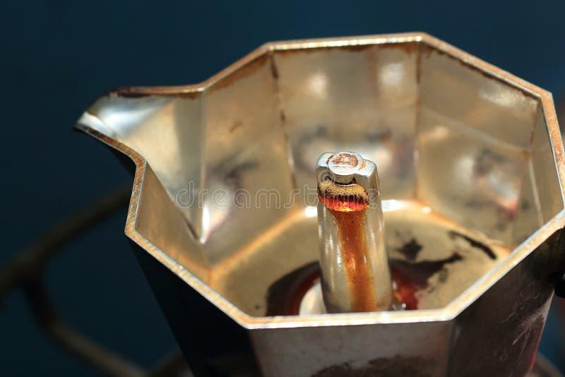 El café está hirviendo Tenga crema que fluye para arriba en el pote del moka foto de archivo libre de regalías