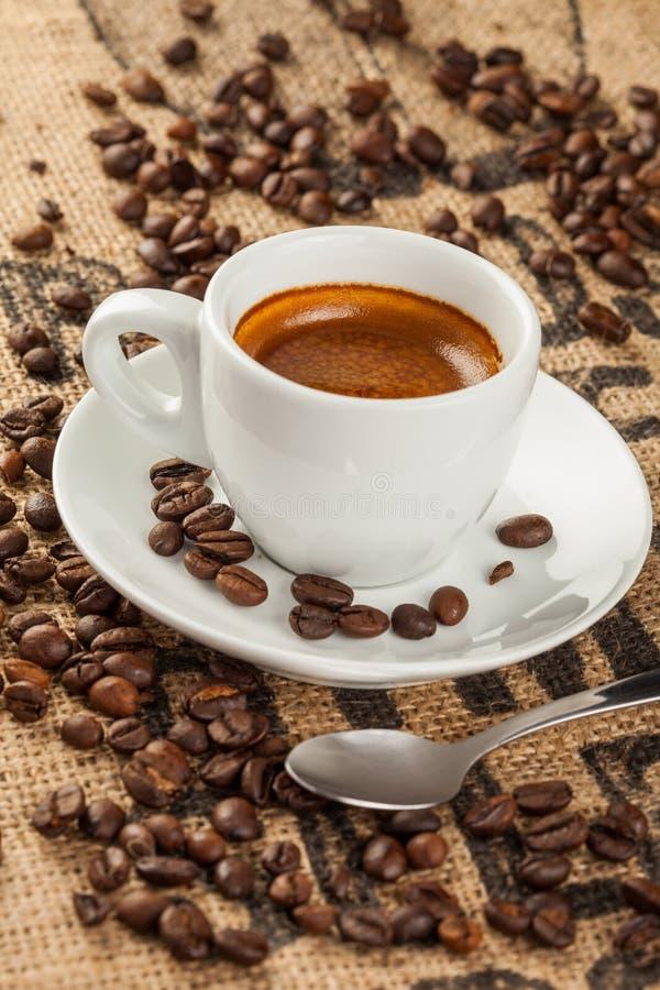 El café express, taza de café, derramó los granos de café fotos de archivo libres de regalías