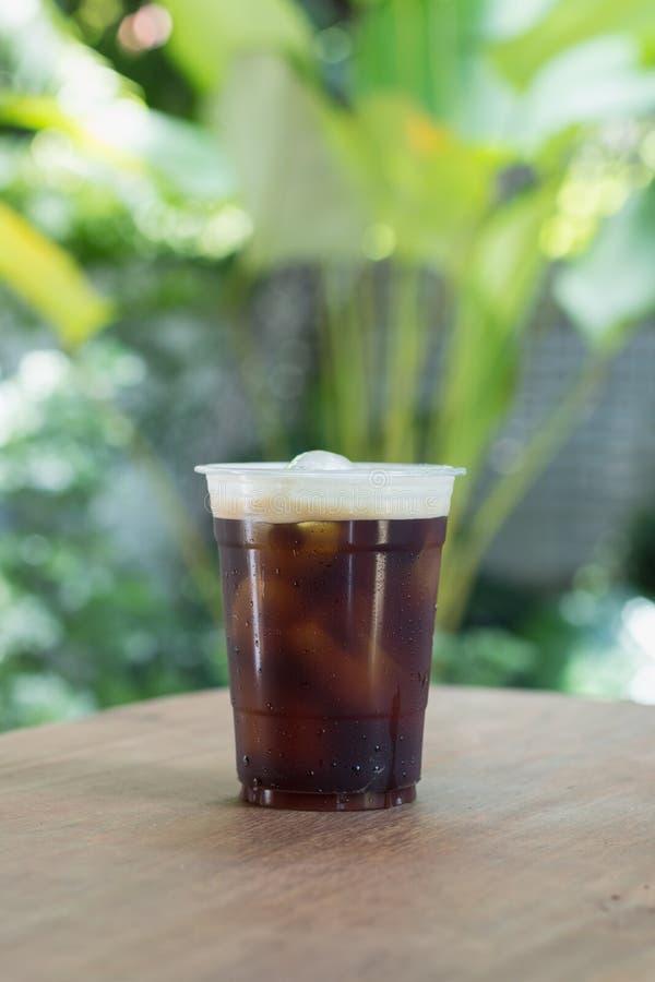 El café frío nitro chispeante del brebaje adentro se lleva la taza imágenes de archivo libres de regalías