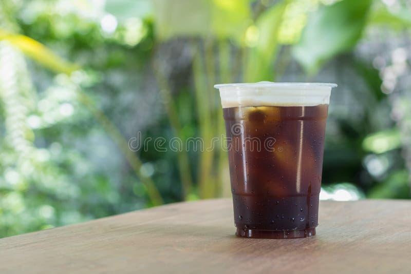 El café frío nitro chispeante del brebaje adentro se lleva la taza imagen de archivo libre de regalías