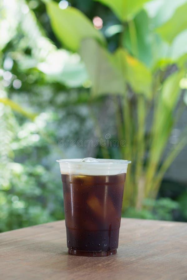 El café frío nitro chispeante del brebaje adentro se lleva la taza foto de archivo