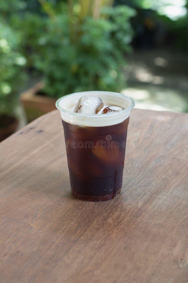 El café frío nitro chispeante del brebaje adentro se lleva la taza fotos de archivo libres de regalías