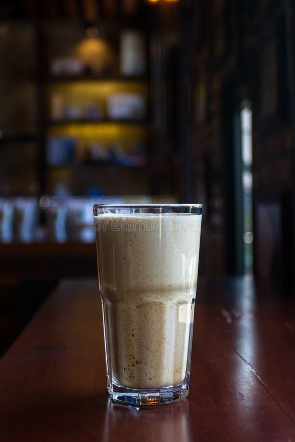 El café frío nitro del brebaje con el nitrógeno comprimido para la fermentación entra en un sistema similar para la cerveza imágenes de archivo libres de regalías