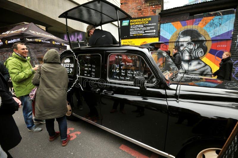 El café negro del taxi en el mercado del carril del ladrillo, Londres del este fotos de archivo libres de regalías