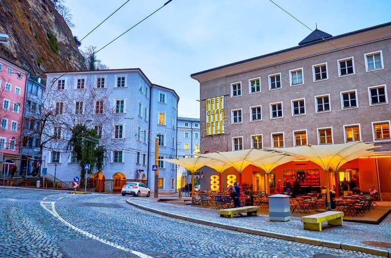El café nocturno en la calle Griesgasse en Salzburgo, Austria imagen de archivo