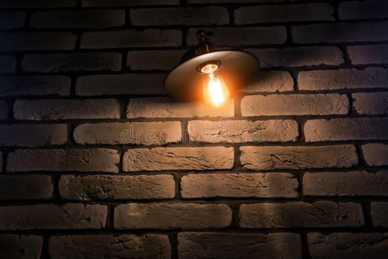 El café o el restaurante adorna con la pared de ladrillo roja y la lámpara industrial del desván fotografía de archivo