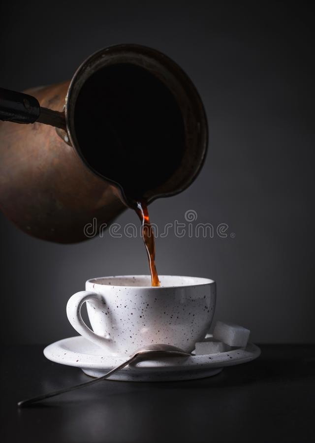 El café sólo caliente vertió del fabricante de café en una taza fotografía de archivo libre de regalías