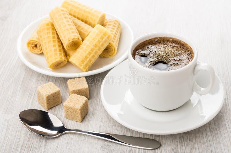 El café sólo en la taza, azúcar aterronado marrón, oblea rueda imagen de archivo libre de regalías