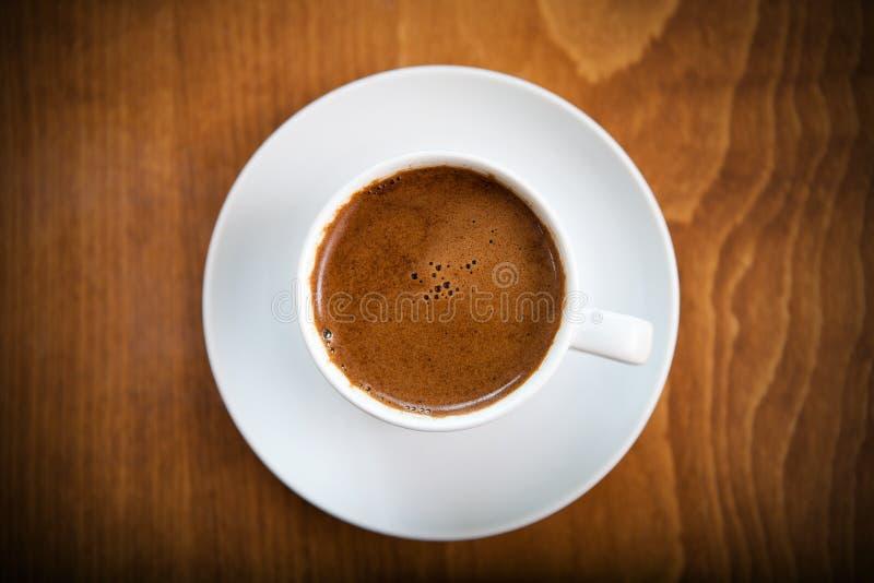 El café turco griego sirvió en una taza blanca imagenes de archivo
