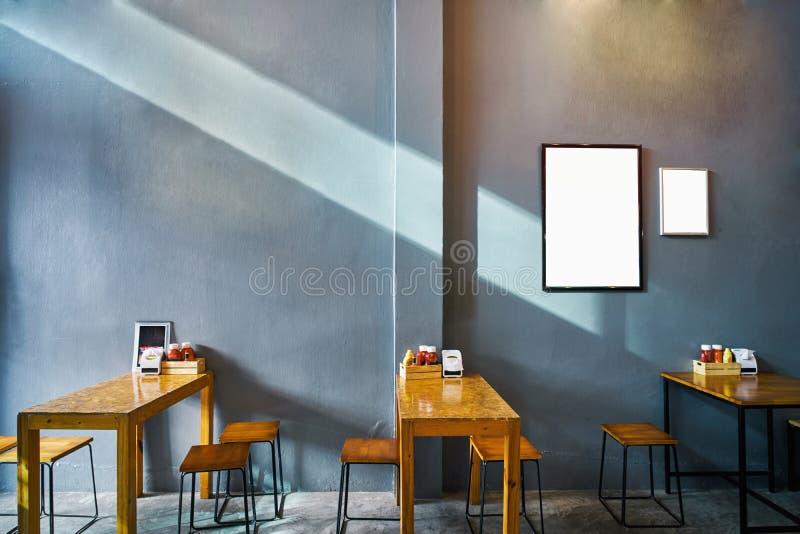 El café y el restaurante del café loft estilo con la pared y el Br gris oscuro fotos de archivo libres de regalías