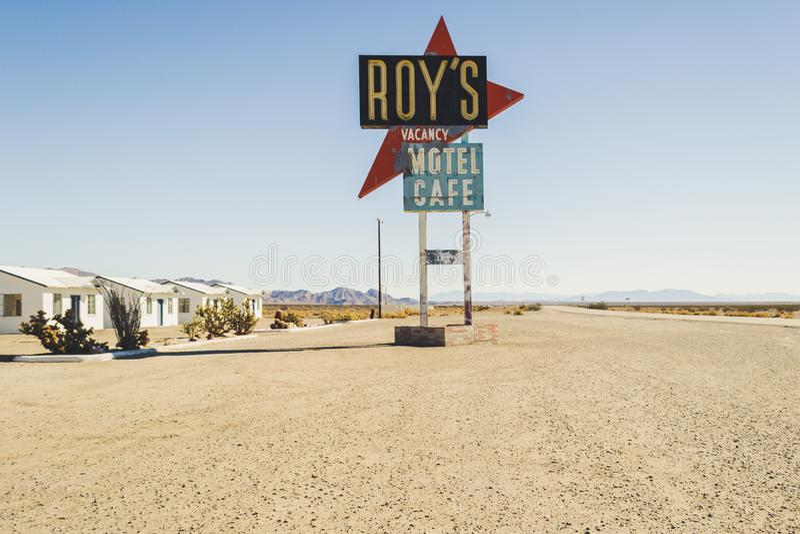 El caf? y el motel de Roy en Amboy, California, Estados Unidos, junto a Route 66 cl?sico imágenes de archivo libres de regalías